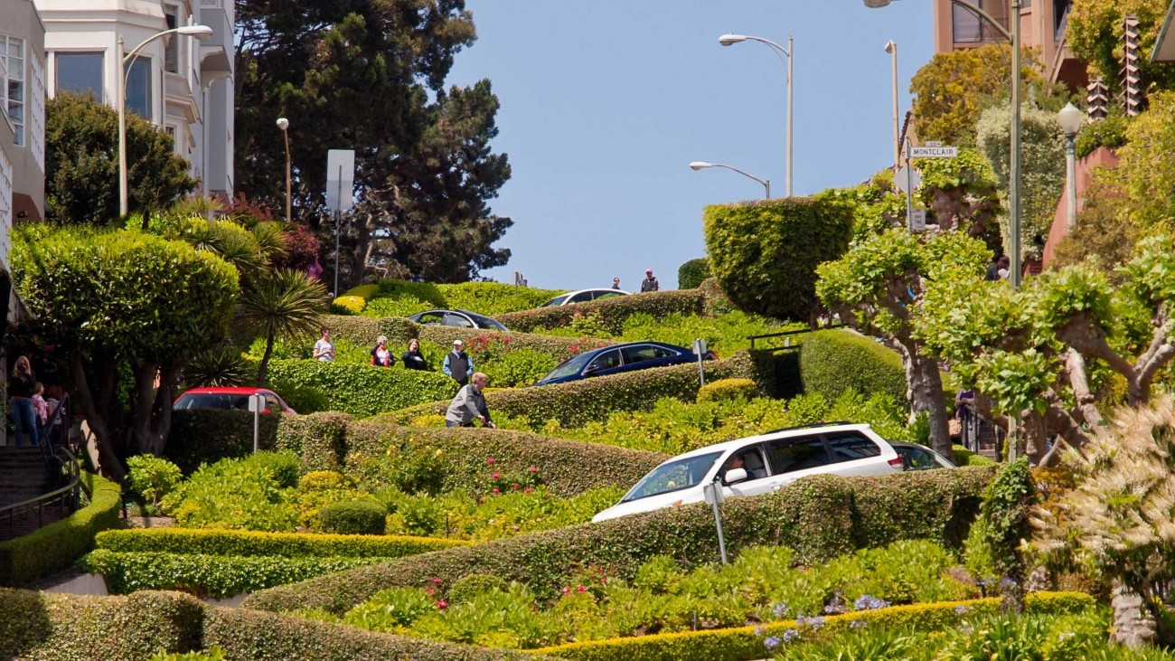 A view of cars and people on the crooked section of Lombard street